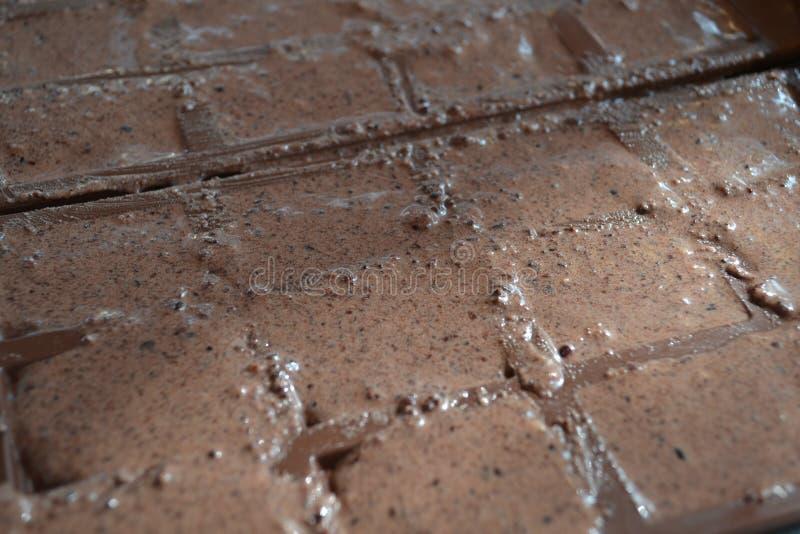 Handgjorda chokladstänger som göras med enkla ingredienser arkivbilder