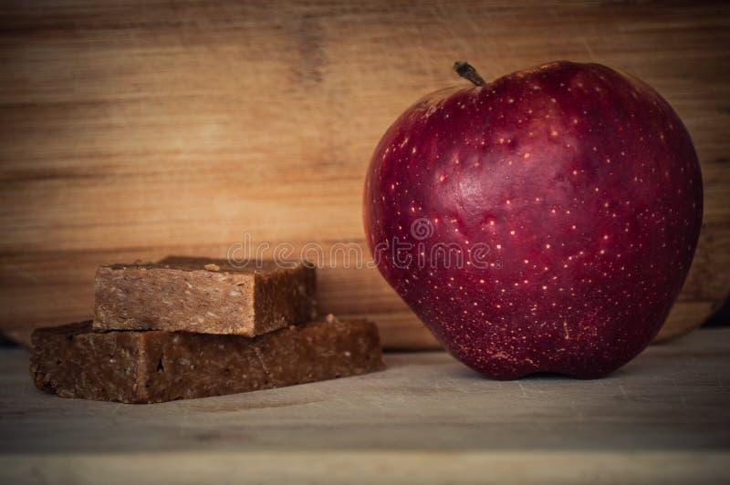 Handgjorda enerystänger och ett äpple fotografering för bildbyråer