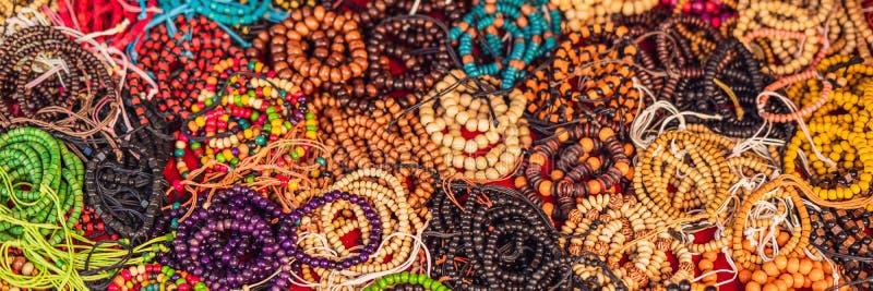 Handgjorda färgrika armband i en lokal marknad av Bali, Indonesien BANER, långt format arkivfoto