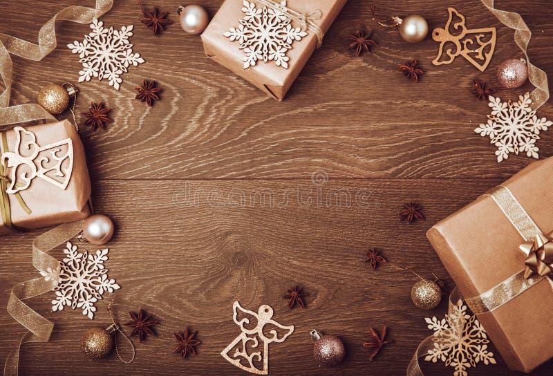 Handgjorda gåvaaskar för jul som dekoreras med den hantverkpapper, filialen och snöflingan på bästa sikt för mörk bakgrund glatt royaltyfria foton