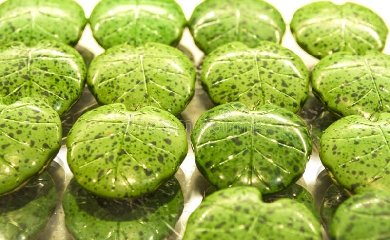 Handgjorda gröna godisar i form av monsterablad på ettfönster shoppar in Smakliga sötsaker Supermarket kafé Ovanlig form royaltyfria bilder