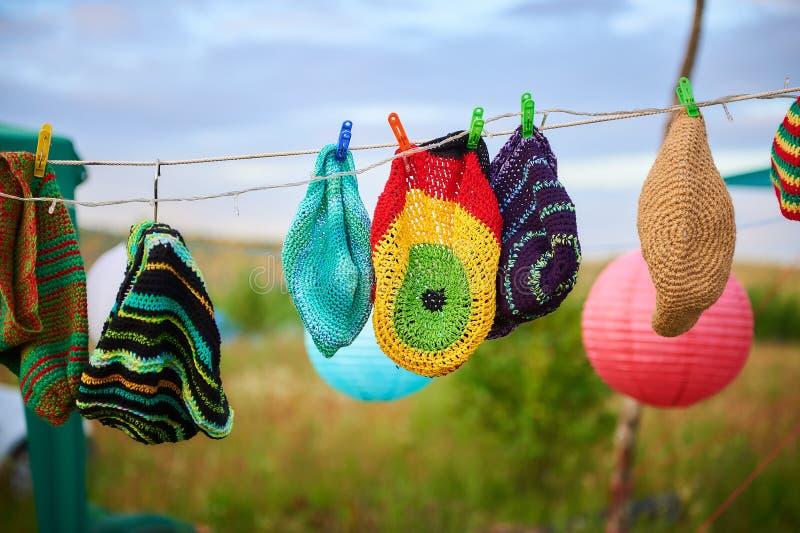 Handgjorda hängande färgrika lock i en marknad på en sommarfestival royaltyfri foto