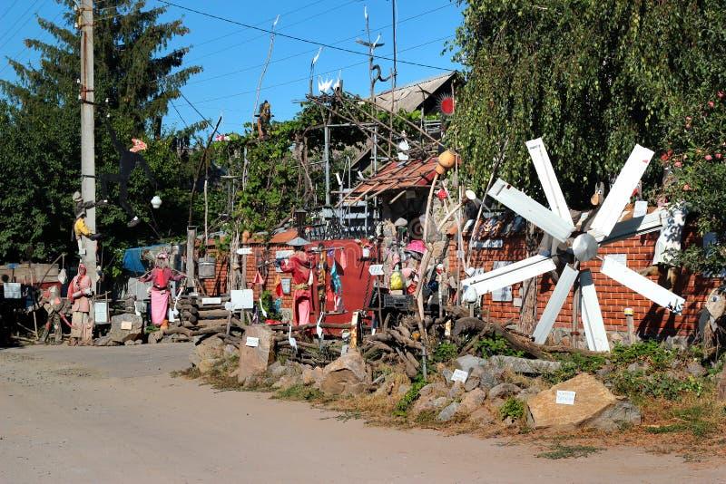 Handgjorda i naturlig storlek dräktdockor i Kharkiv, Ukraina royaltyfria foton