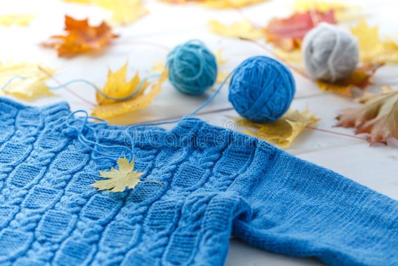 Handgjorda kläder för ull för leksaker och ungar arkivbilder