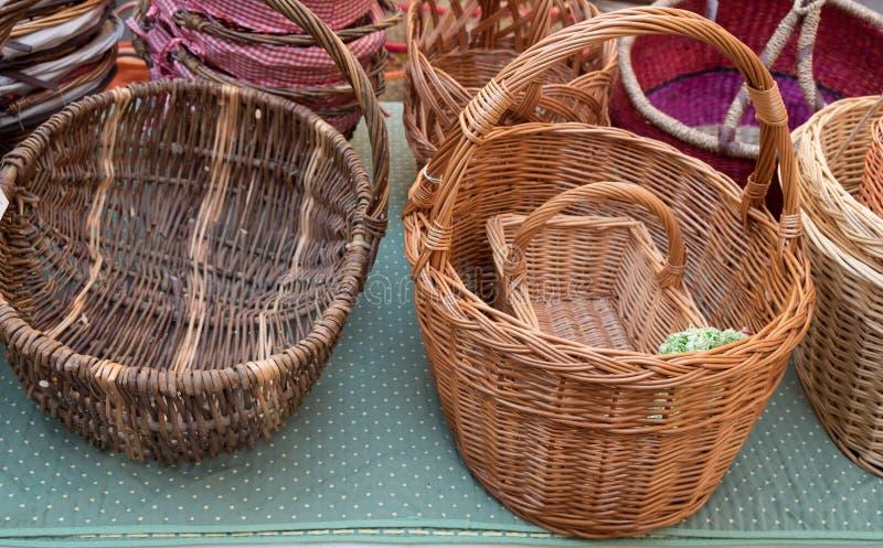 Handgjorda korgar som är till salu på den lokala gatamarknaden provence arkivfoton