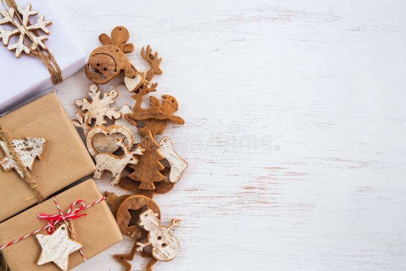 Handgjorda närvarande gåvaaskar med etiketten för glad jul arkivbild
