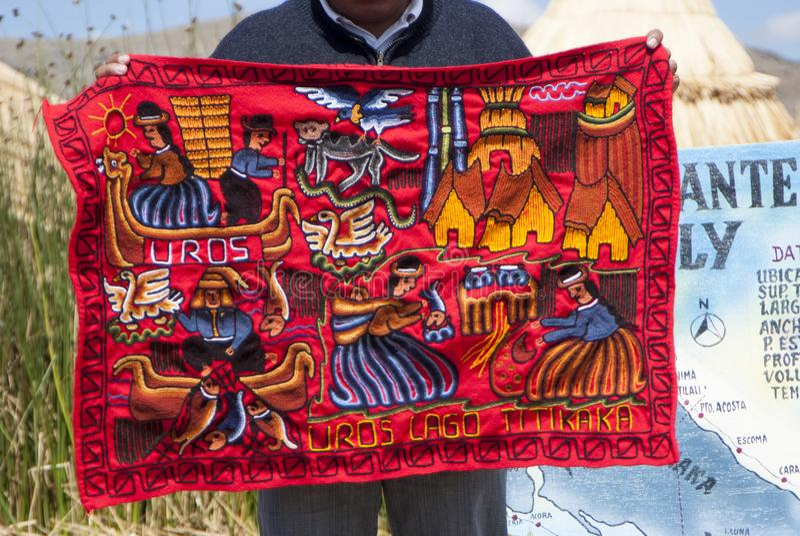 Handgjorda och färgrika peruanfiltar sålde på Abra la Raya mellan Cusco och Puno arkivbilder