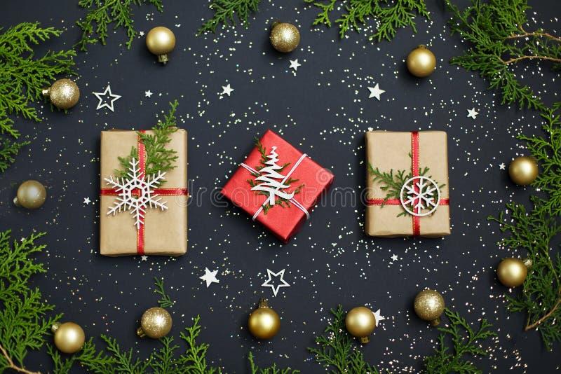 Handgjorda röda gåvaaskar för jul på bästa sikt för mörk bakgrund glad greeting för kortjul lyckligt nytt år Lekmanna- lägenhet fotografering för bildbyråer