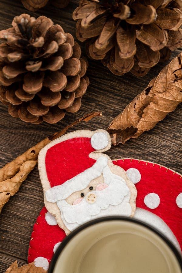 Handgjorda Santa Claus Mug Mat, på brun träbakgrund arkivbild
