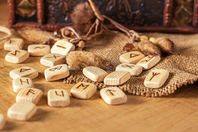 Handgjorda scandinavian tr?runor p? en tr?tappningbakgrund Begrepp av att ber?tta f?r f?rm?genhet och f?ruts?gelsen av royaltyfri foto