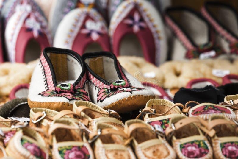 Handgjorda skor som gjordes av läder, dekorerade med den traditionella waen fotografering för bildbyråer