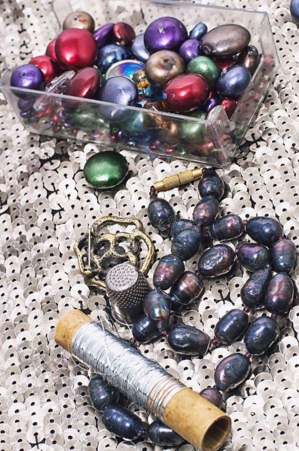 Handgjorda smycken för halsband och prytt med pärlor royaltyfri fotografi