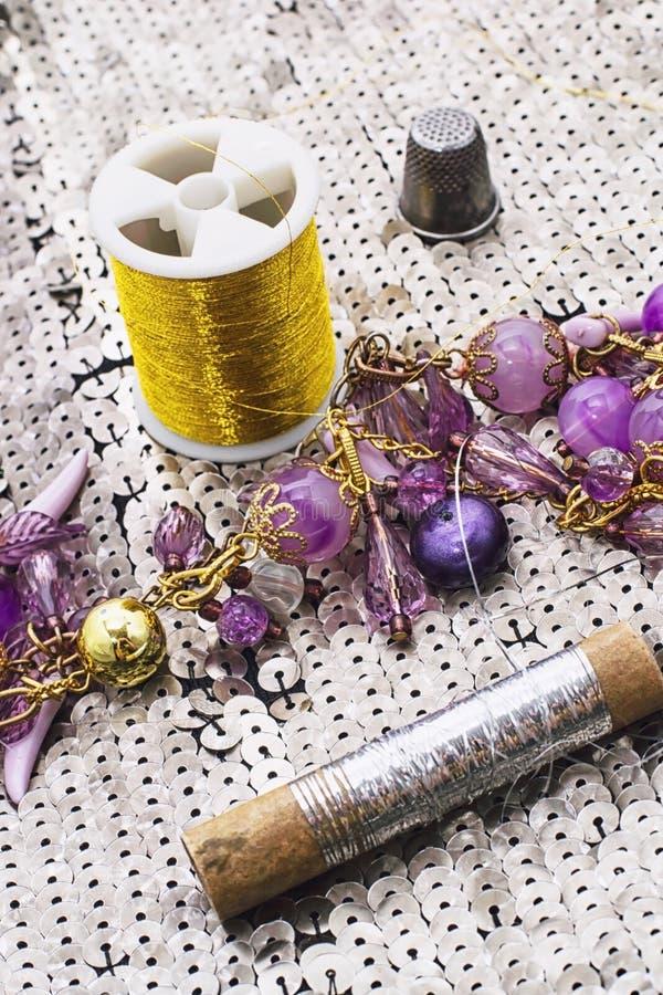 Handgjorda smycken för halsband och prytt med pärlor arkivbild