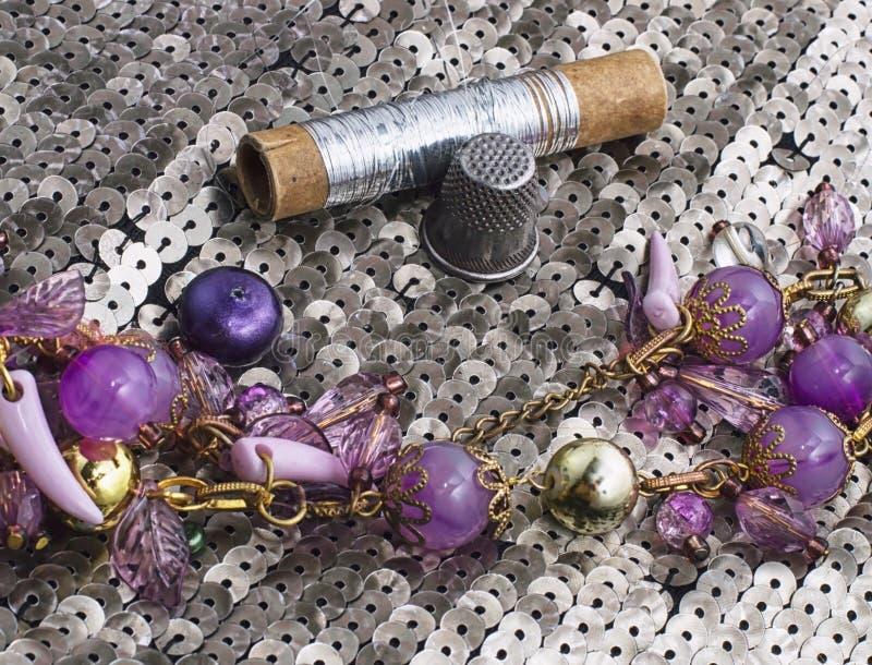 Handgjorda smycken för halsband och prytt med pärlor royaltyfri foto