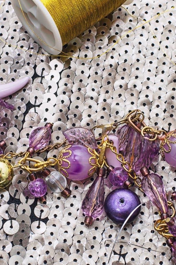 Handgjorda smycken för halsband och prytt med pärlor fotografering för bildbyråer