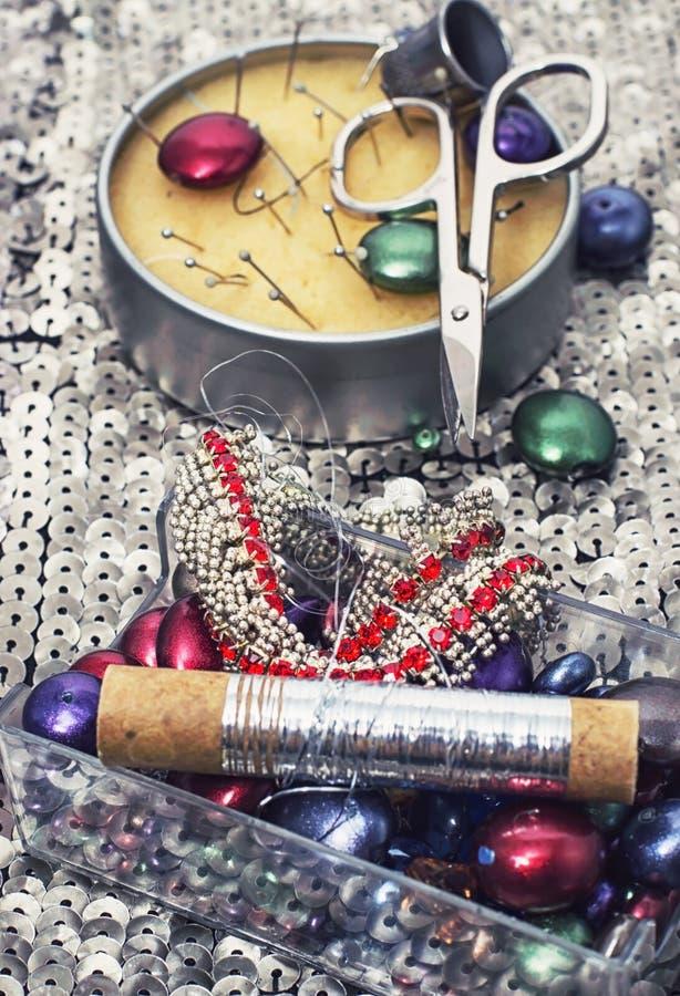 Handgjorda smycken för halsband och prytt med pärlor arkivfoto