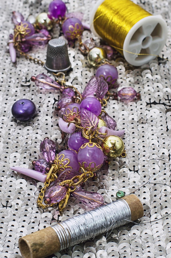 Handgjorda smycken för halsband och prytt med pärlor arkivbilder