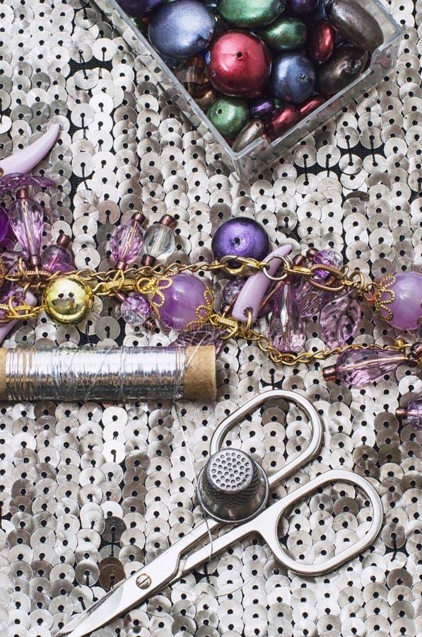 Handgjorda smycken för halsband och prytt med pärlor royaltyfri bild