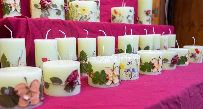 Handgjorda stearinljus med fruktskivor och blommor arkivfoton