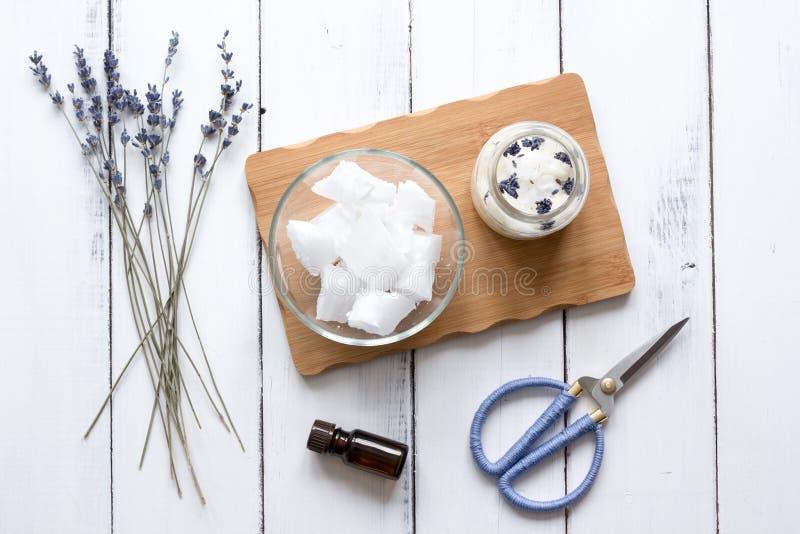 Handgjorda stearinljus med lavendel på bästa sikt för träbakgrund arkivfoto