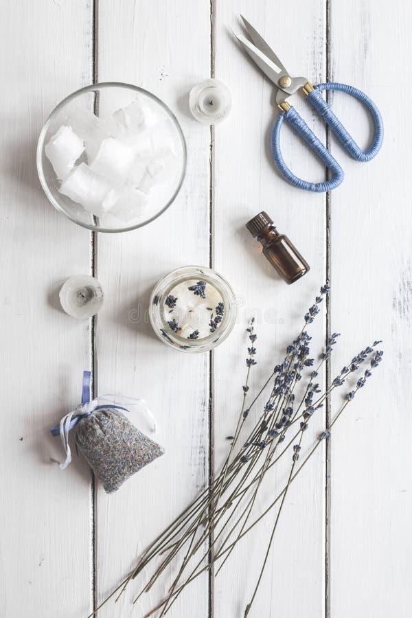 Handgjorda stearinljus med lavendel på bästa sikt för träbakgrund arkivbild