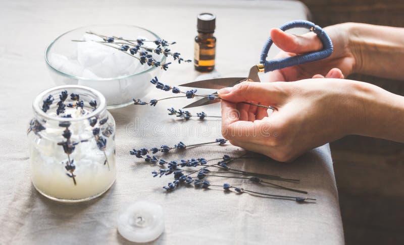 Handgjorda stearinljus med lavendel på textilbakgrund royaltyfri foto