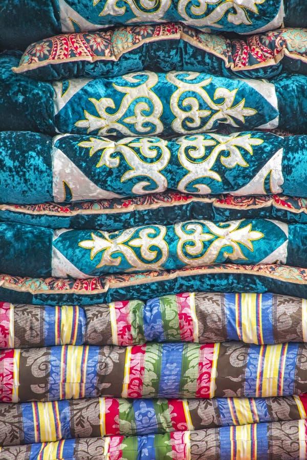 Handgjorda täcken som dekoreras med nationella modeller marknad Resor kyrgyzstan royaltyfria bilder