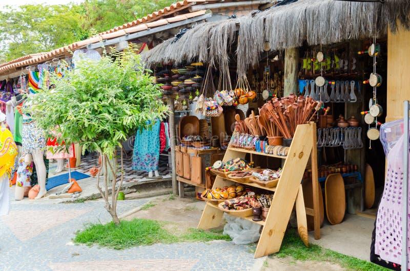 Handgjorda trästycken som säljs på hantverkmässan i Bahia i Brasilien Skedar packar, handväskor, musikinstrument fotografering för bildbyråer