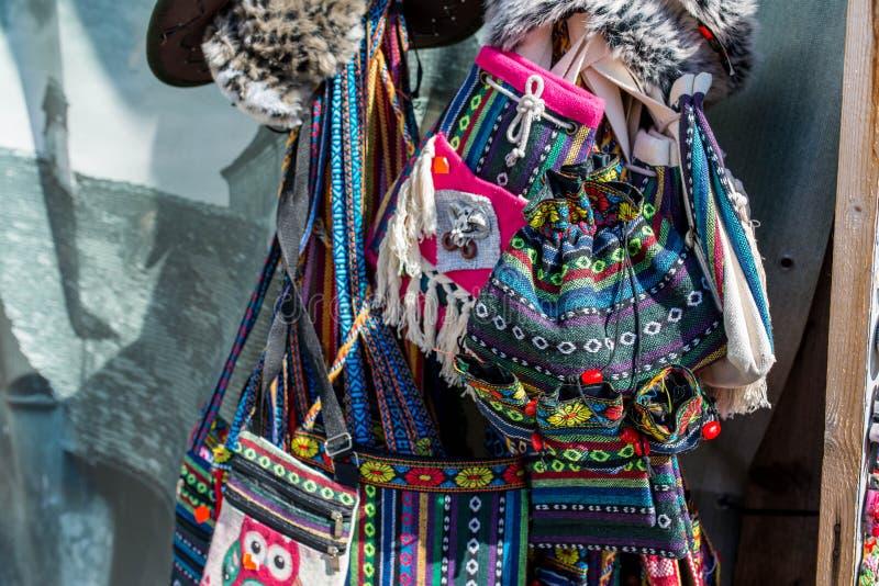 Handgjorda traditionella färgrika påsar på presentaffären royaltyfria foton