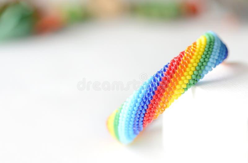 Handgjorda virkade armbandregnbågefärger royaltyfria bilder