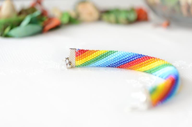 Handgjorda virkade armbandregnbågefärger royaltyfri foto