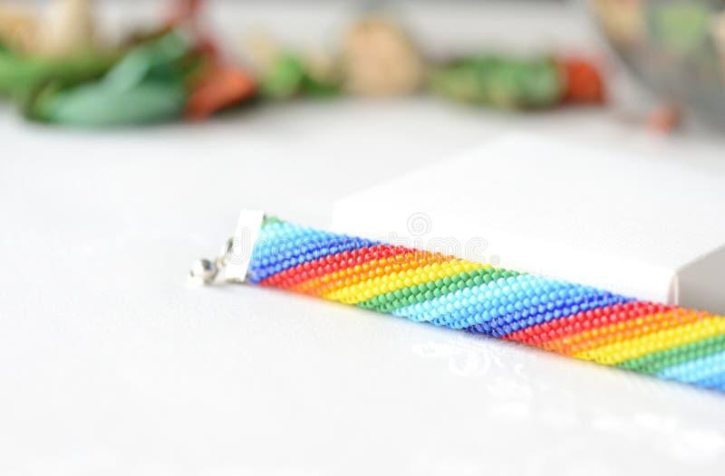 Handgjorda virkade armbandregnbågefärger royaltyfri bild
