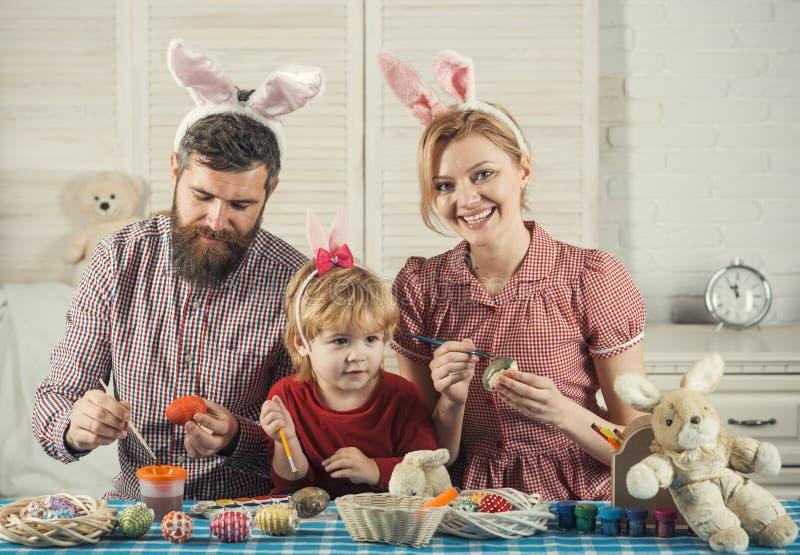 Handgjort ägg för fader-, moder- och sonmålarfärg royaltyfri fotografi
