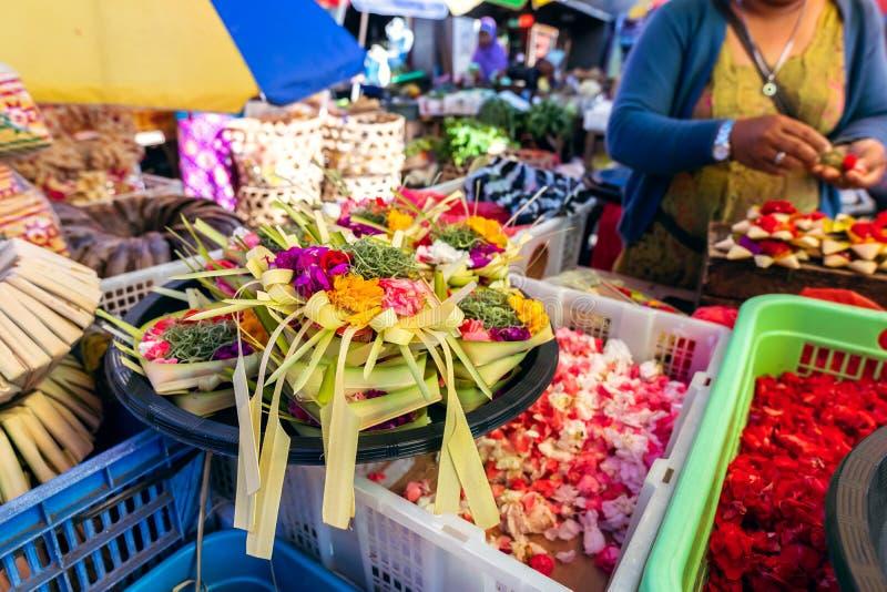 Handgjort erbjuda f?r traditionell balinese till gudar p? en morgonmarknad i Ubud Bali ? arkivfoto