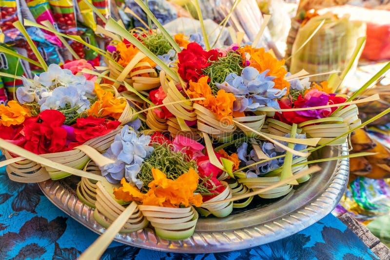 Handgjort erbjuda f?r traditionell balinese till gudar p? en morgonmarknad i Ubud Bali ? royaltyfri foto
