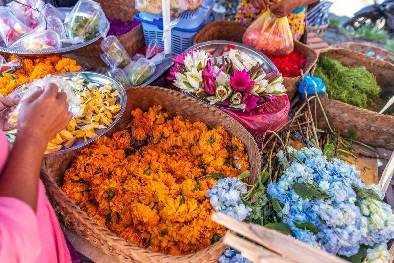 Handgjort erbjuda f?r traditionell balinese till gudar p? en morgonmarknad i Ubud Bali ? royaltyfria foton