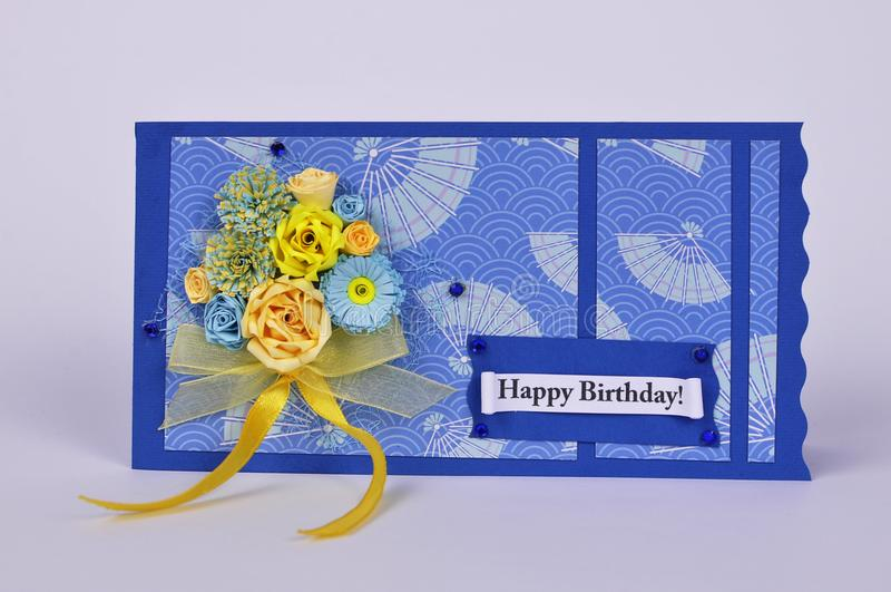 Handgjort födelsedagkort med blommor i quilling teknik arkivbilder