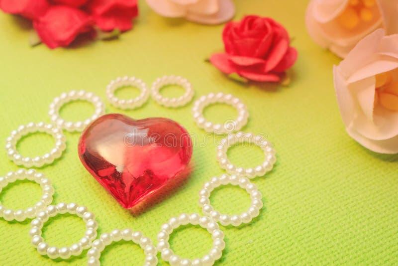 Handgjort för förälskelsemeddelanden, hälsningsfavorit, tillverkar pappers- blommor royaltyfri bild
