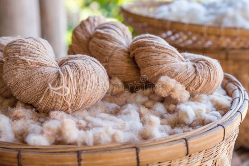 Handgjort garn från bomullsblomman royaltyfri bild