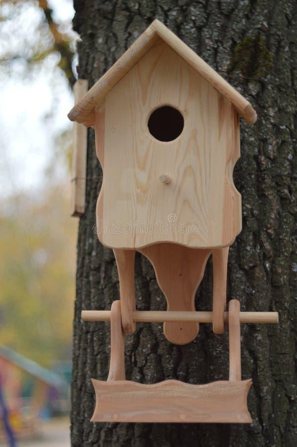 Handgjort hänga för träförlagematare i parkera royaltyfri foto