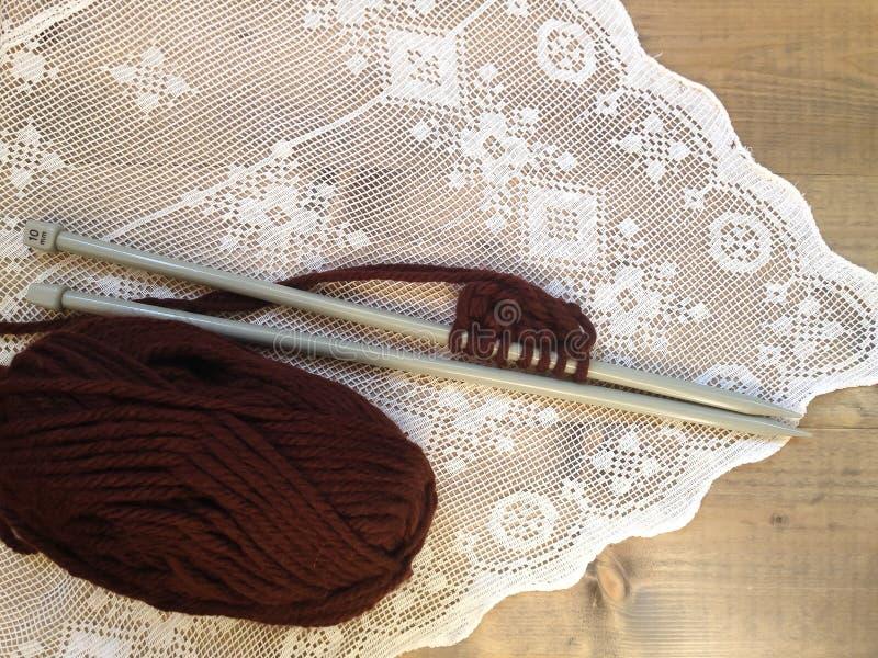 Handgjort handarbete för brun ull royaltyfri foto