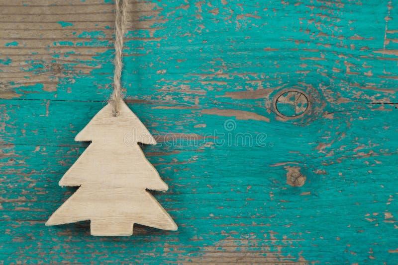 Handgjort julträd för en träjulbakgrund royaltyfri bild