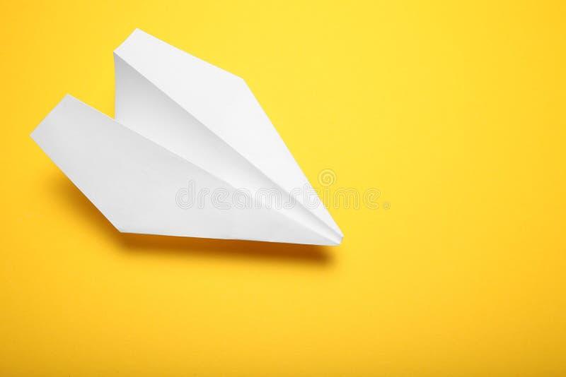 Handgjort origamiflygplan Flygbakgrund royaltyfri foto
