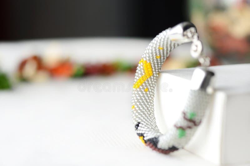 Handgjort prytt med pärlor virkningarmband med ugglan arkivbild