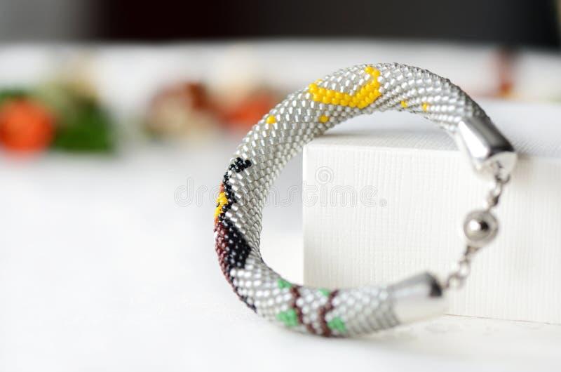 Handgjort prytt med pärlor virkningarmband med ugglan fotografering för bildbyråer