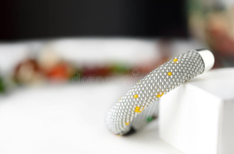 Handgjort prytt med pärlor virkningarmband med ugglan royaltyfria foton