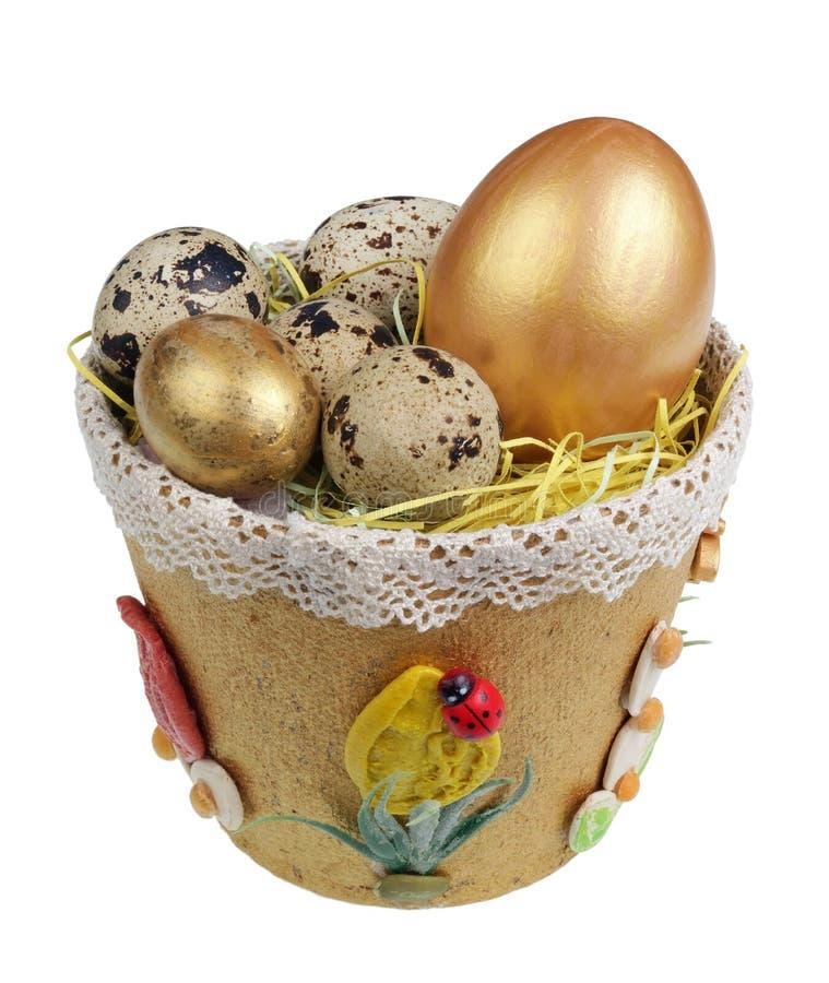 Handgjort rede för påsk från papper med den vakteln att chiken isolerade ägg royaltyfri bild