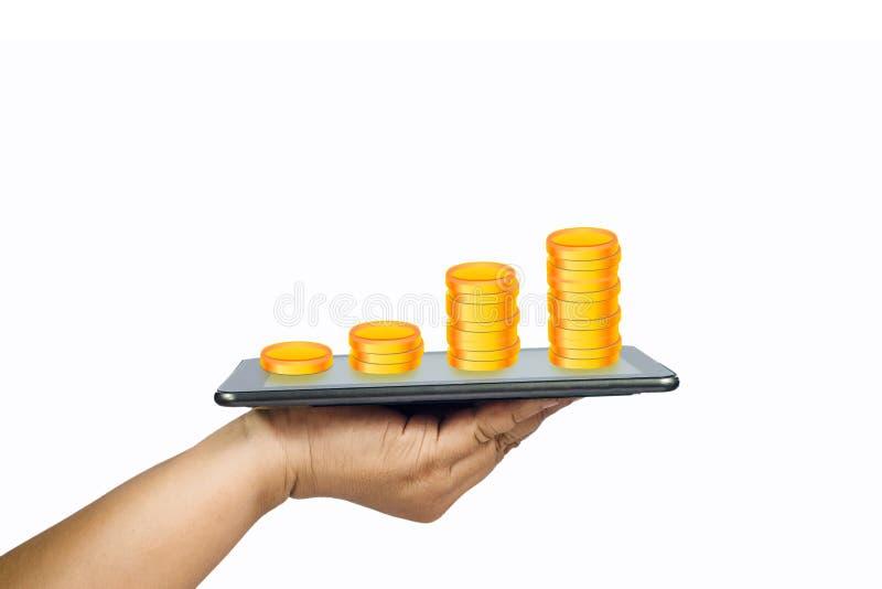 Handgriff eine ein Tablette und Münzenstapel auf dem Schirm lokalisiert lizenzfreies stockbild