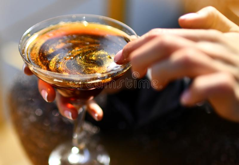 Handgriff-Funkeln-Karamell-Alkohol in der Restaurant-Bar-Café-Nahaufnahme-Zusammensetzung stockfotos