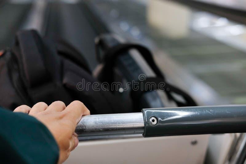 Handgriffgepäckgepäck-Wagenlaufkatze auf Rolltreppe lizenzfreies stockbild
